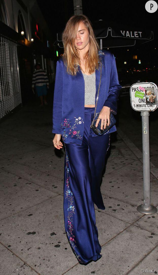 Le costume bleu révèle tout son charme ainsi porté par Suki Waterhouse.