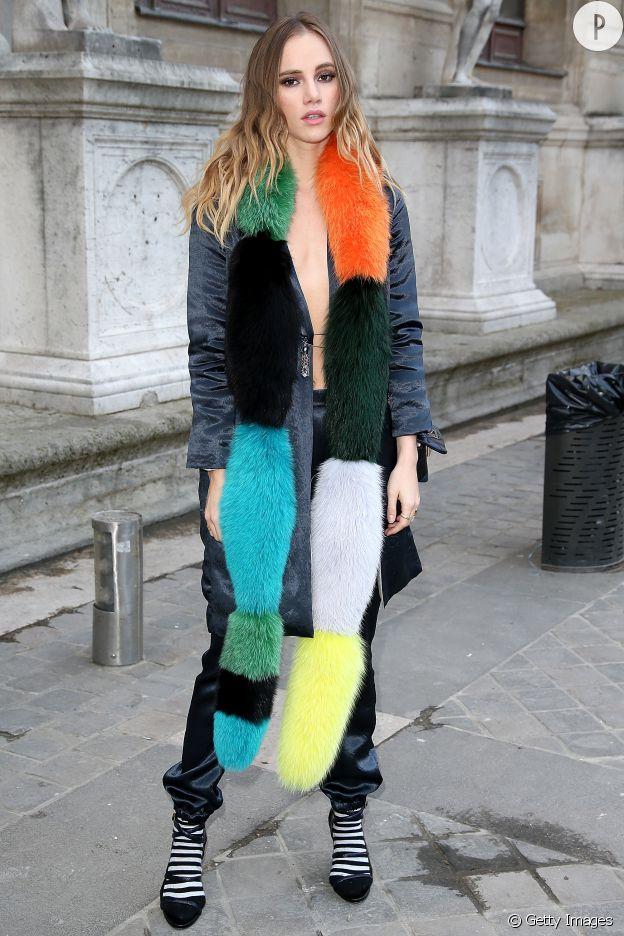 Suki révèle toute la force de l'accessoire lorsqu'il est bien choisi comme ici avec cette écharpe fourrure multicolore.