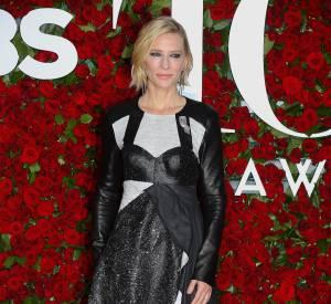 Cate Blanchett porte une robe Louis Vuitton.