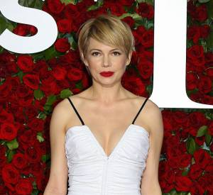 Michelle Williams porte une robe blanche Louis Vuitton.