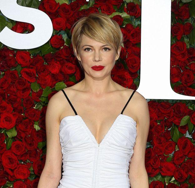 Michelle Williams porte une robe blanche Louis Vuitton.
