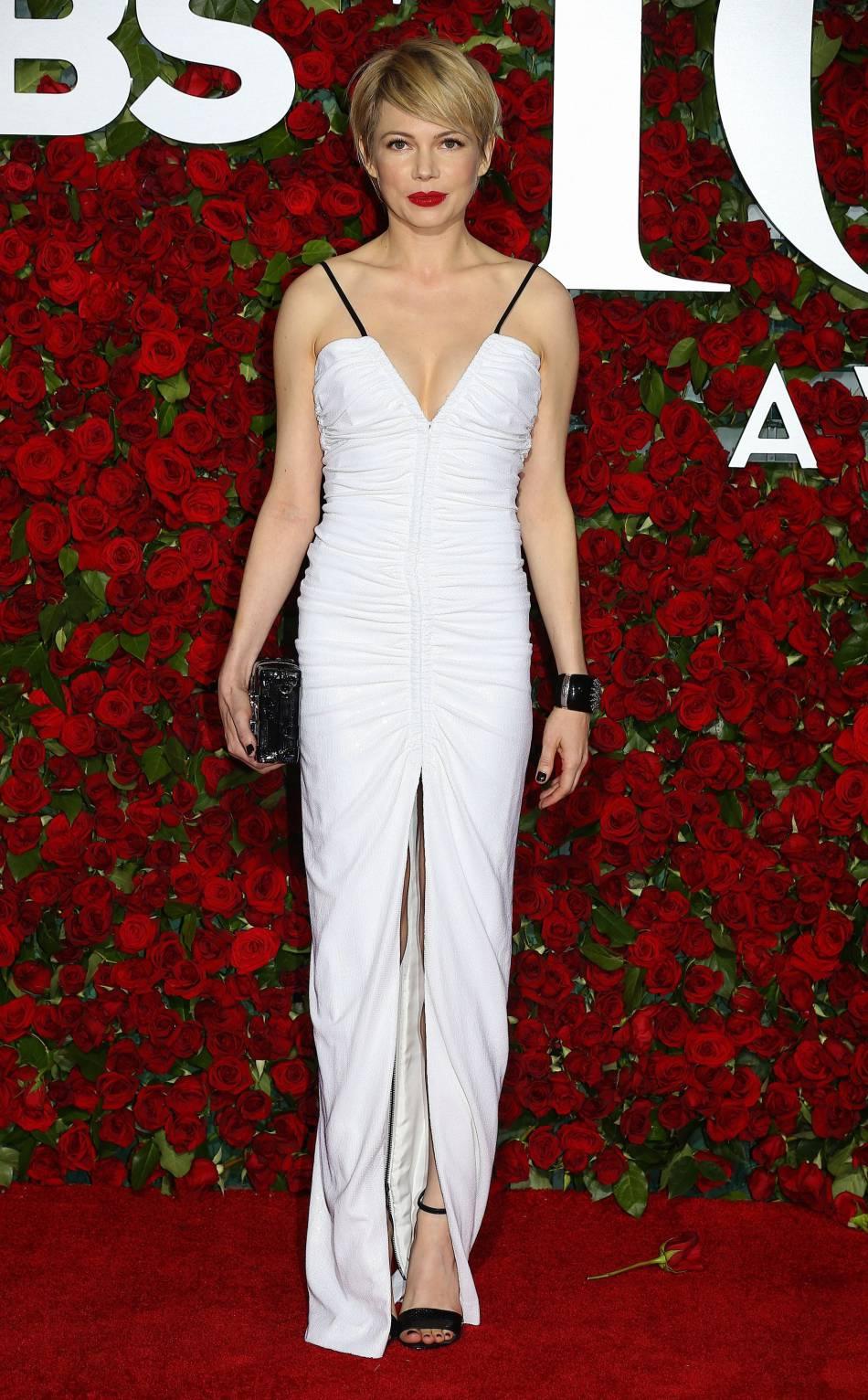 michelle williams porte une robe blanche louis vuitton puretrend. Black Bedroom Furniture Sets. Home Design Ideas