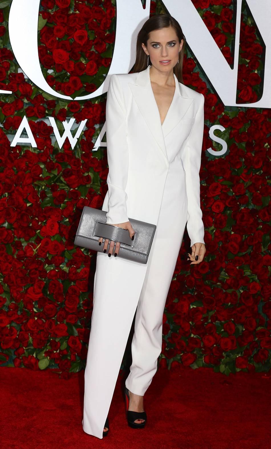 Allison Williams porte une combinaison blanche DKNY.