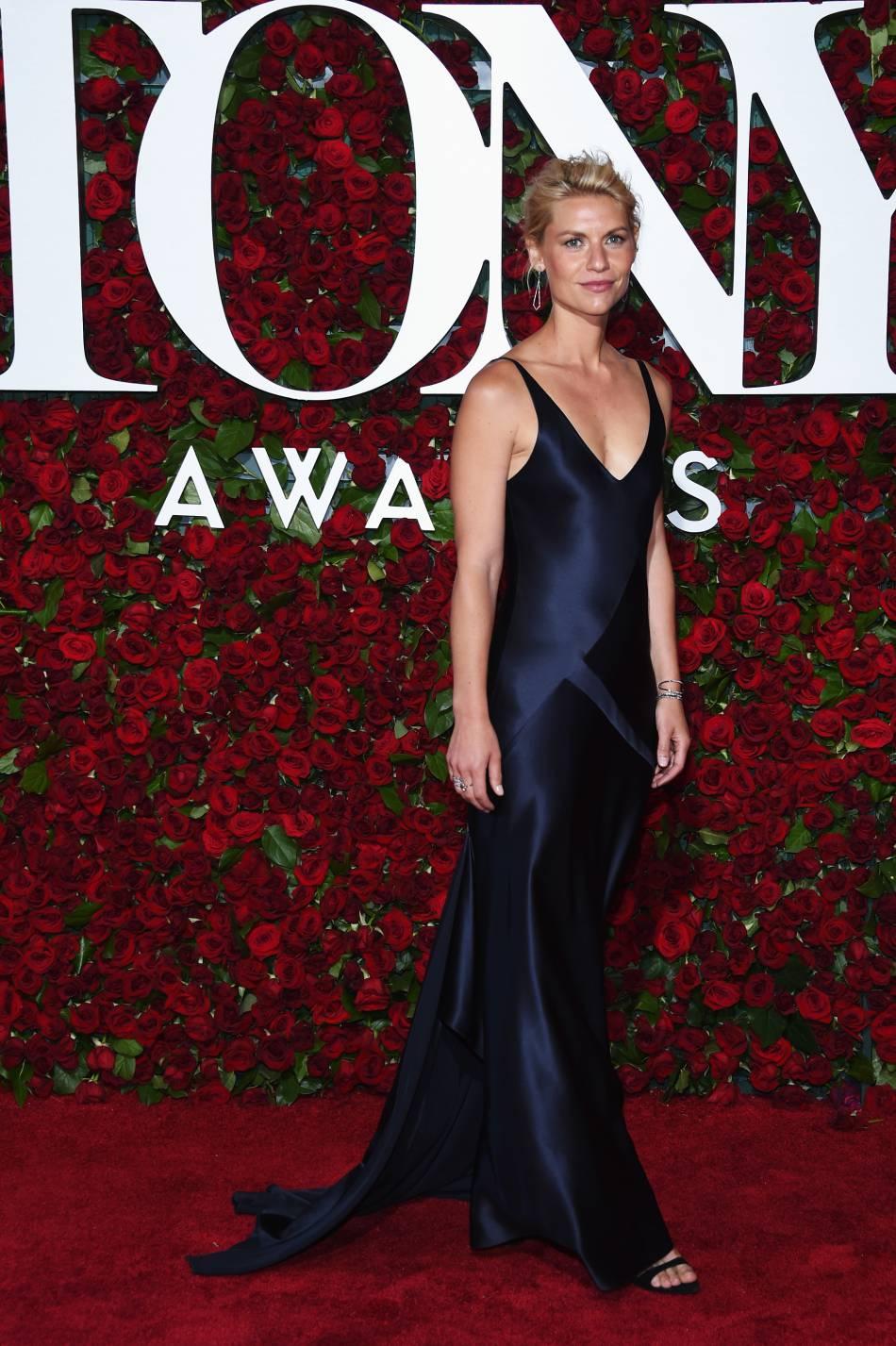 Claire Danes porte une robe Narciso Rodriguez sur le tapis rouge.