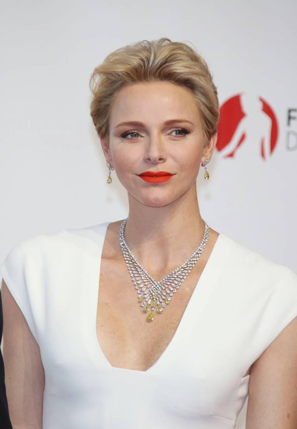 La princesse Charlène de Monaco ose le décolleté et la rivière de diamant, audacieuse !