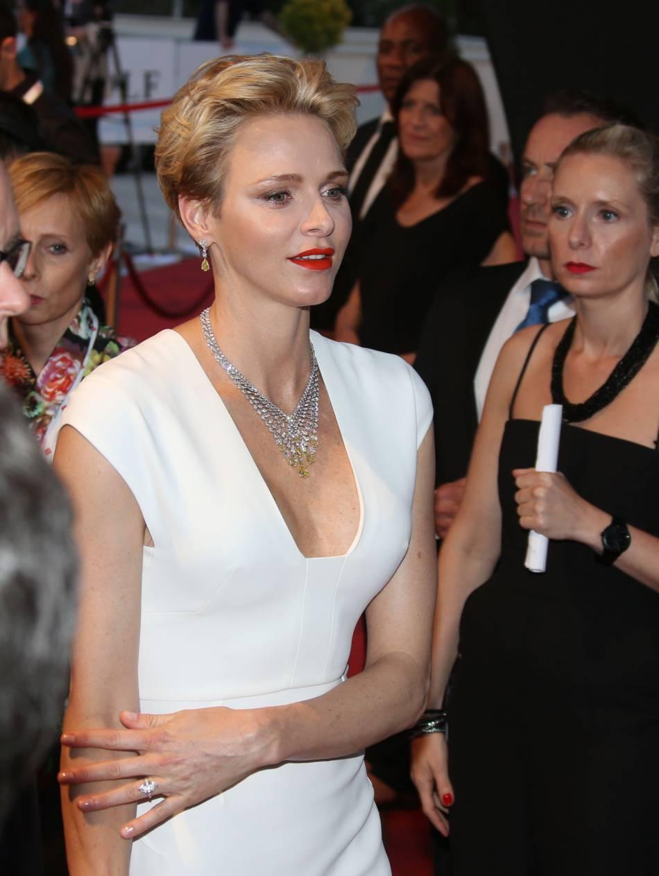 La princesse Charlène a assité à l'ouverture du 56e festival de la télévision de Monaco vêtue d'une jolie robe blanche moulante et décolletée.