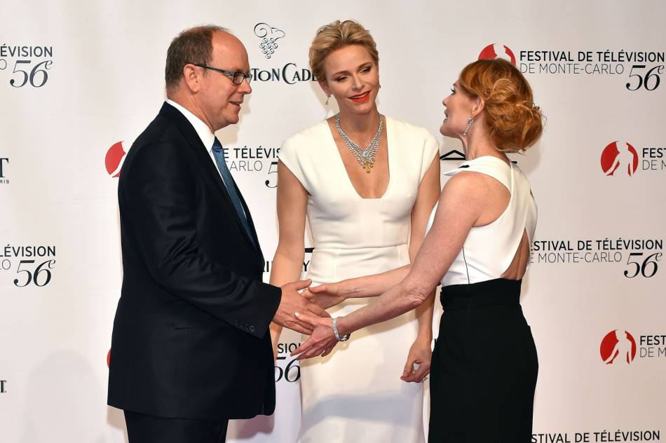 Le prince Albert II et la princesse Charlène de Monaco avec l'actrice américaine Marg Helgenberger lors de la cérémonie d'ouverture du festival de télévision de Monte-Carlo, le 12 juin 2016.