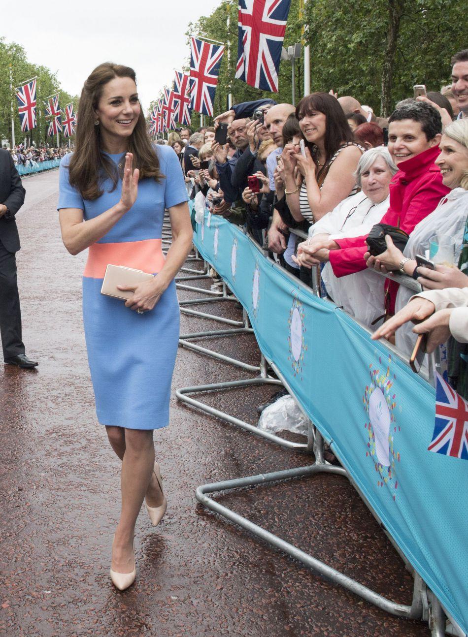 """Lors du """"Patron Lunch"""", Kate Middleton, radieuse dans sa robe bleue, est allée saluer les convives sur la grande avenue, """"The Mall""""."""