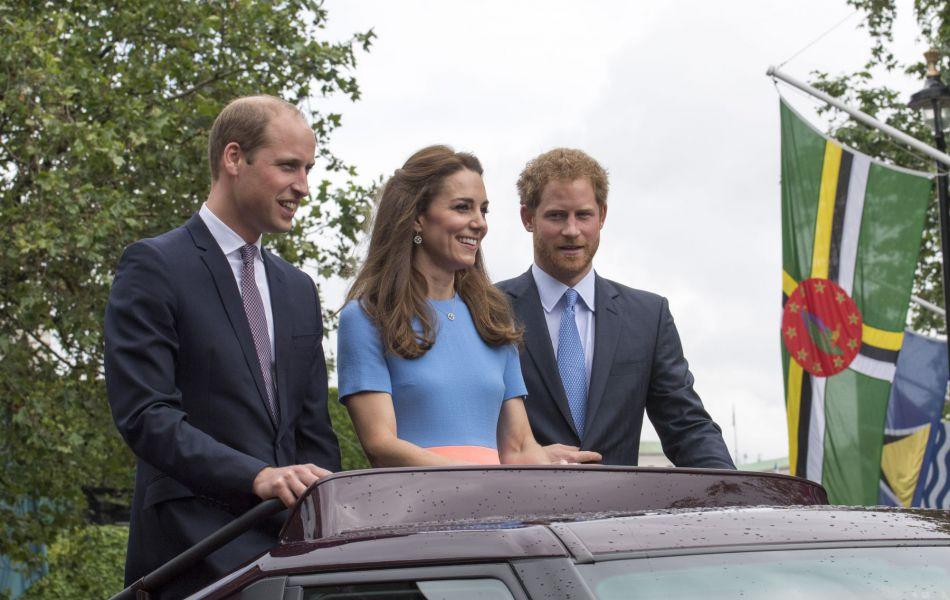 Le couple royal était accompagné du prince Harry pour saluer le peuple anglais.