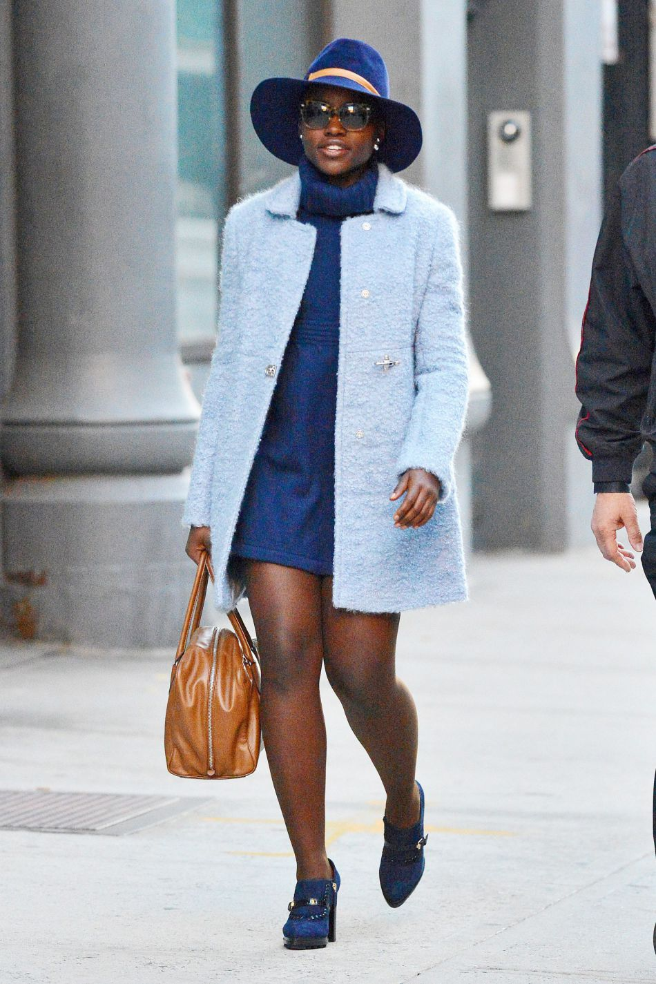 Lupita Nyong'o craque pour le preppy dans ses street styles.