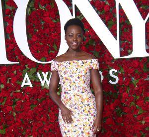 """Lupita Nyong'o était présente lors des Tony Awards 2016 aux côtés du casting de la pièce """"Eclipsed"""" dans laquelle elle joue à Broadway et qui était nominée pour six prix."""