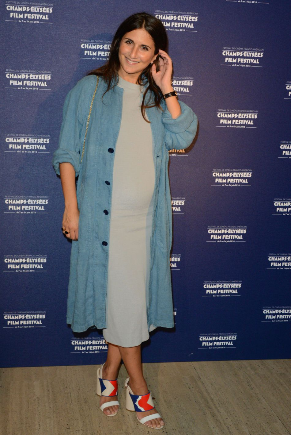 Géraldine Nakache, femme enceinte rayonnante dans un loo parfaitement orchestré.