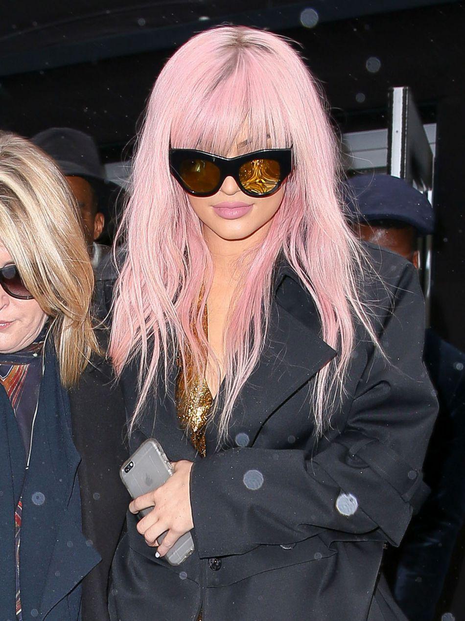 La jeune femme a également eu les cheveux roses.