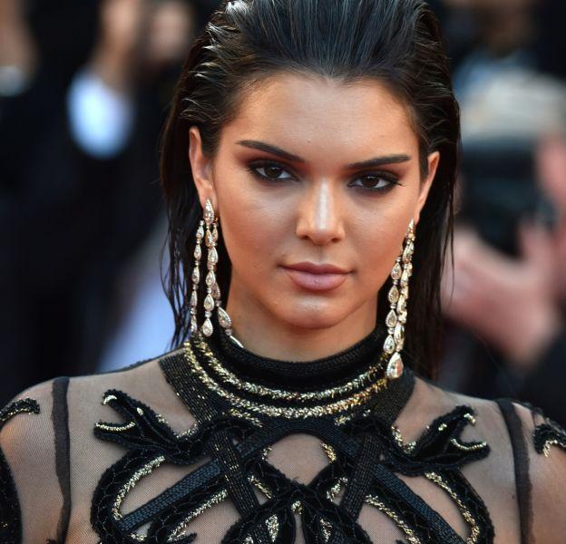 Kendall Jenner, smoky noir sur les marches de Cannes.