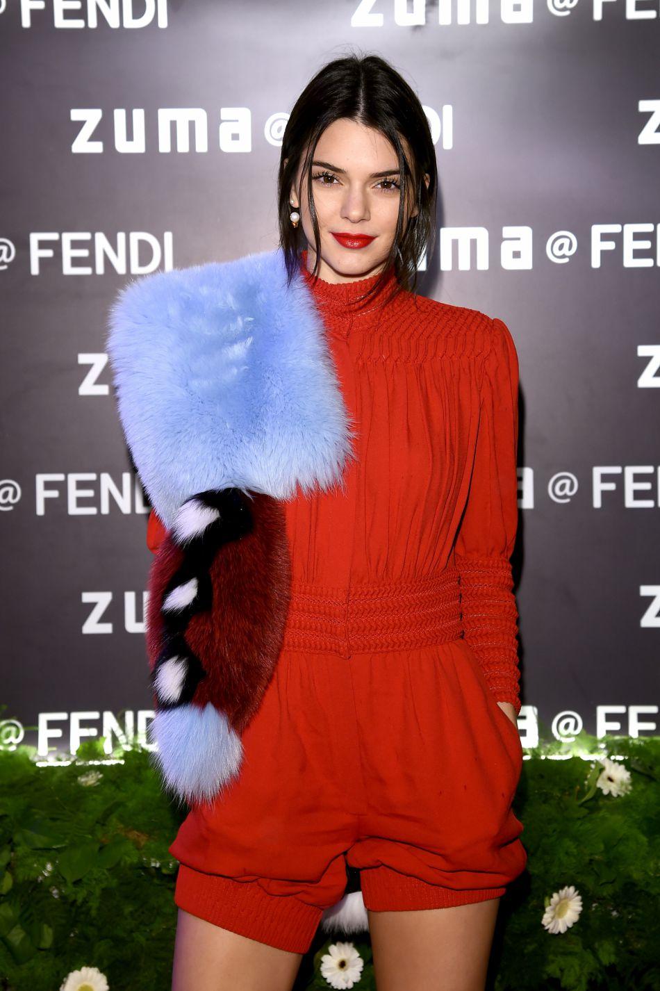 Les lèvres rouges de Kendall s'accordent à la perfection avec sa combinaison.