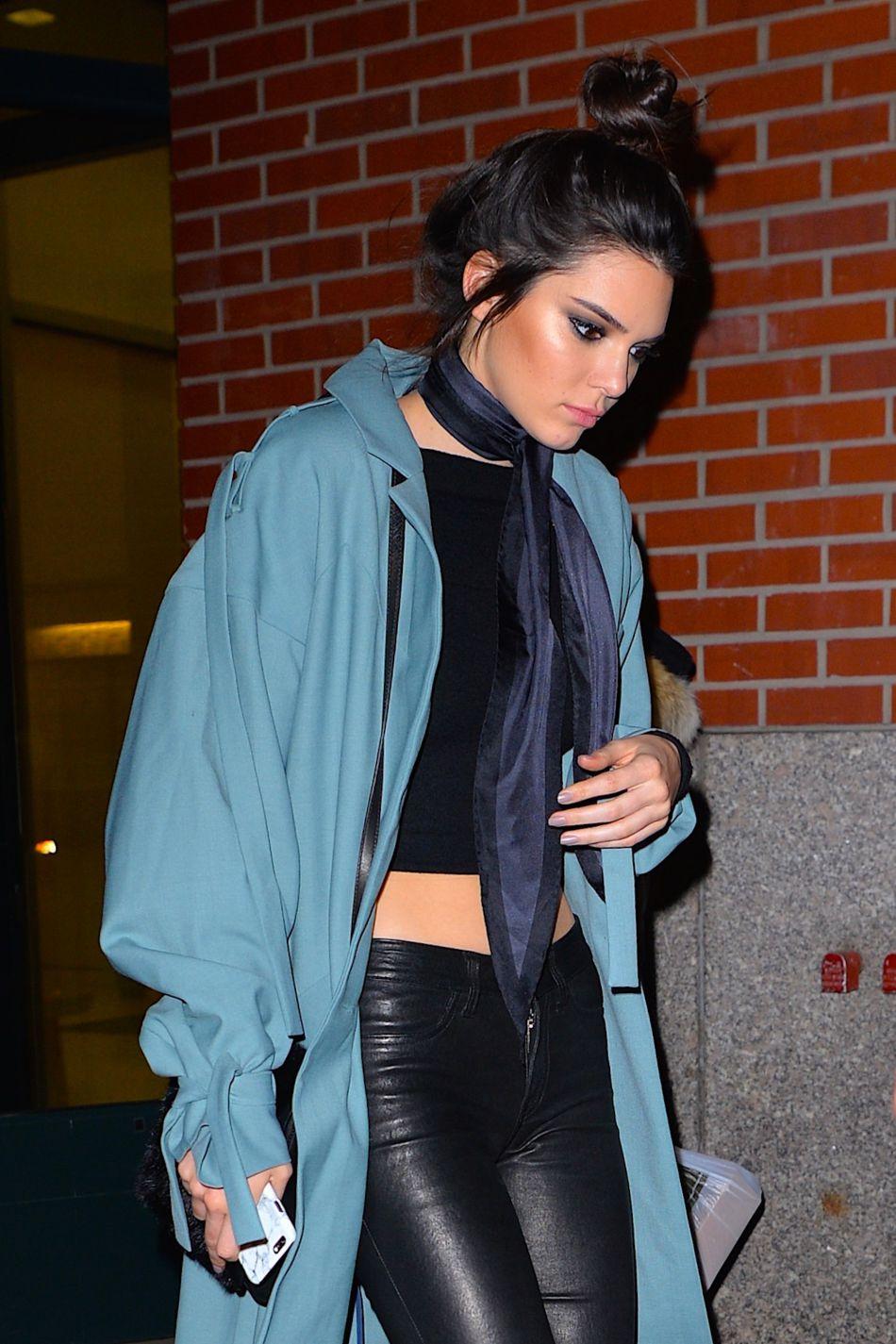 Oeil charbonneux et chignon haut perché, Kendall joue les contrastes.