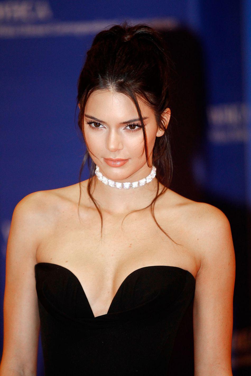 Le glamour est au programme avec ce maquillage de soirée discret et féminin à la fois.