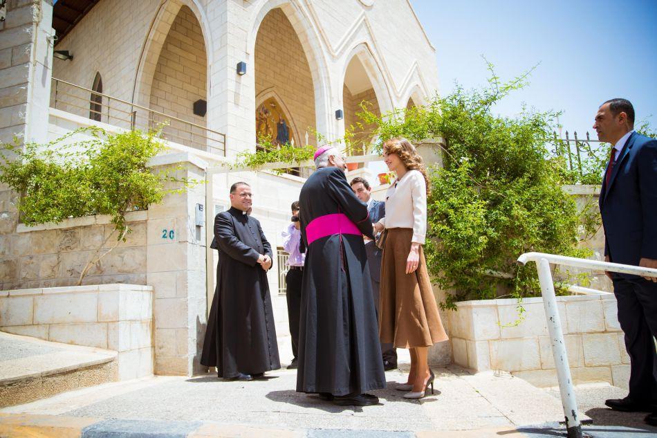 Rania de Jordanie, souriante dans une tenue des plus audacieuses.