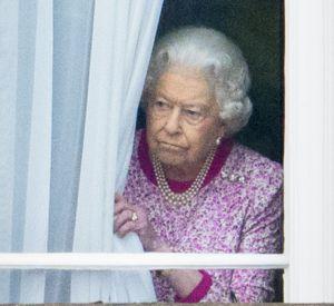 La reine Elisabeth II d'Angleterre regardant par une fenêtre du Palais de Buckingham Le 12 juin 2016.