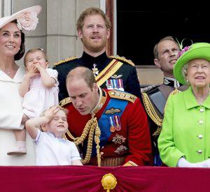 Toute la famille au balcon de Buckingham : George était très impressionné par la parade.
