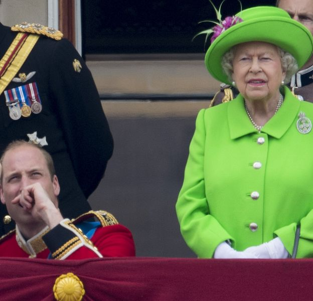 La reine n'a pas apprécié que William reste trop longtemps agenouillé pour parler à George.