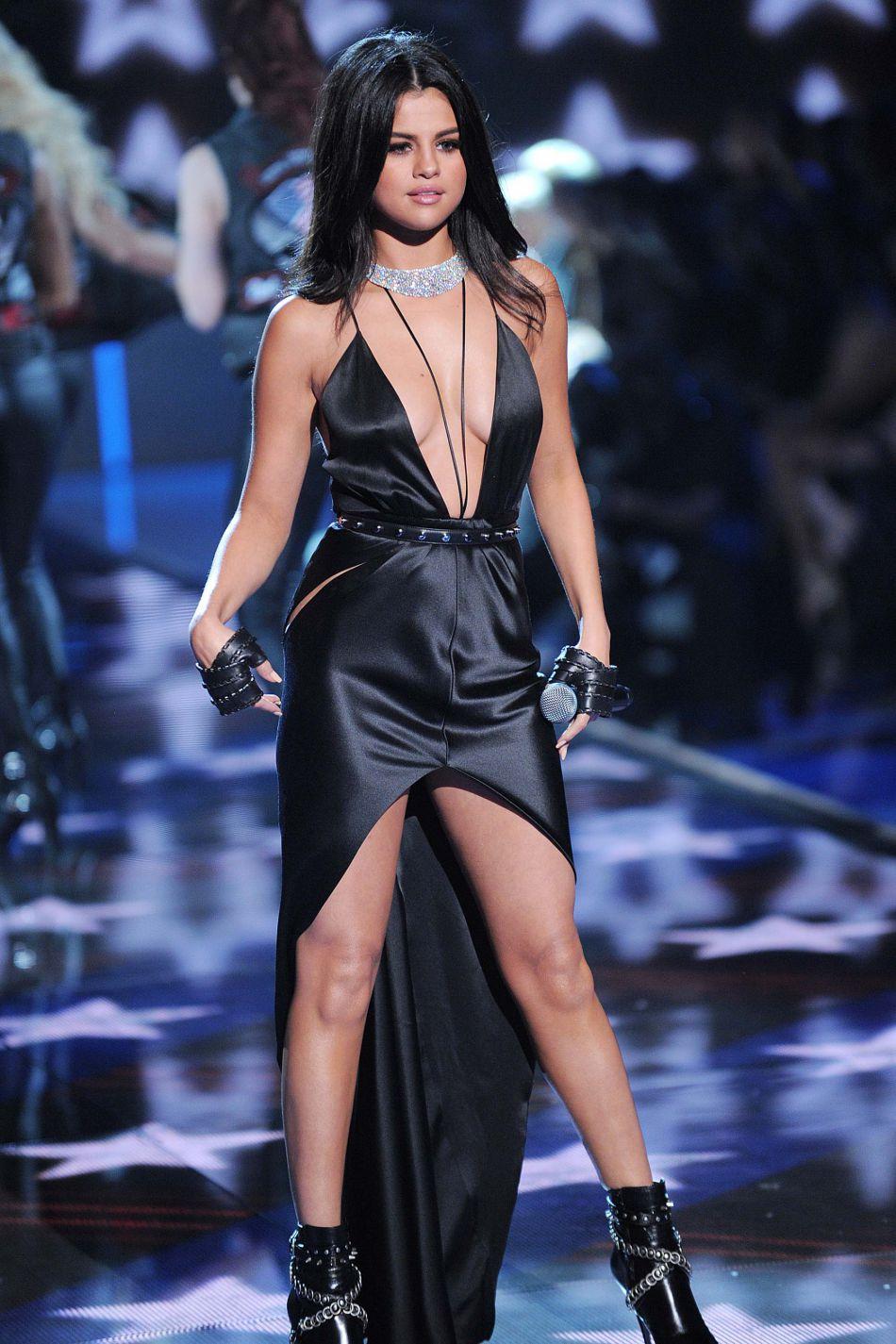 Pour ses tenues, Selena Gomez fait appel à de grands créateurs comme Karl Lagerfeld, Louis Vuitton ou encore Valentino.