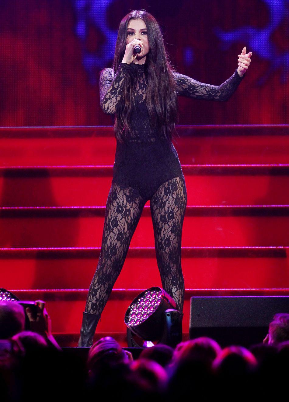 Selena Gomez est toujours aussi sexy dans ses tenues de scènes.