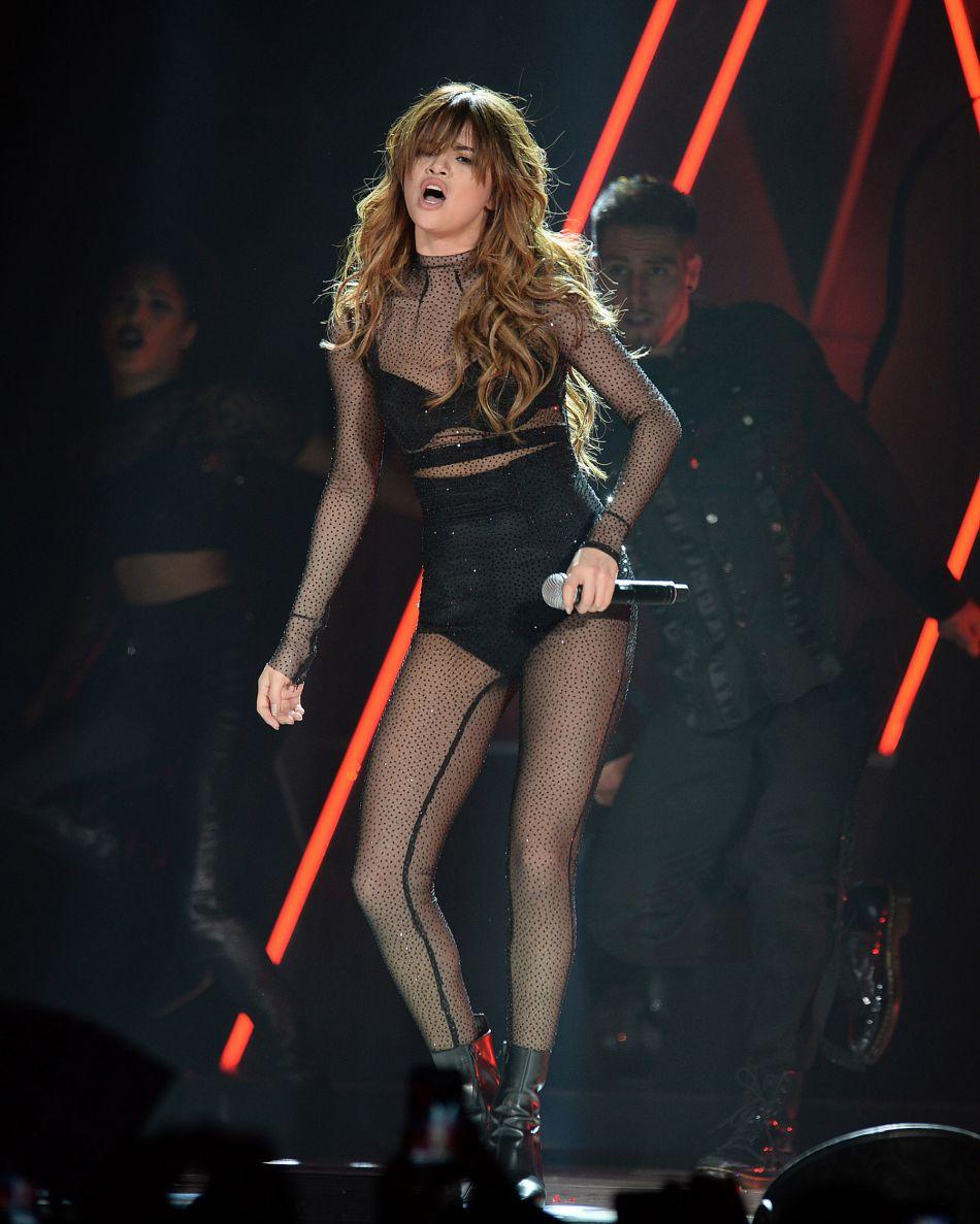 Lors de son concert à la Nouvelle Orléans, Selena Gomez portait une tenue signée Monse incrustée de cristaux Swarovski.
