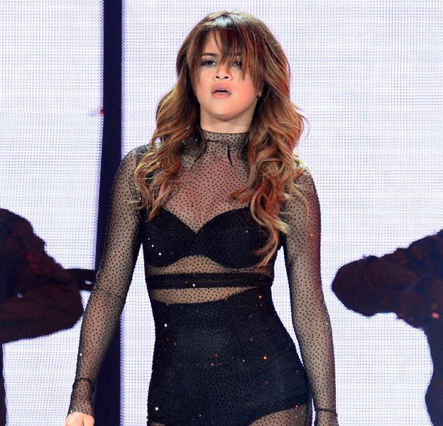 Selena Gomez a porté une tenue transparente lors d'un concert.