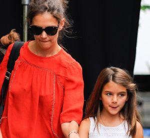 La fillette passe du temps avec sa mère sur les plateaux de cinéma.