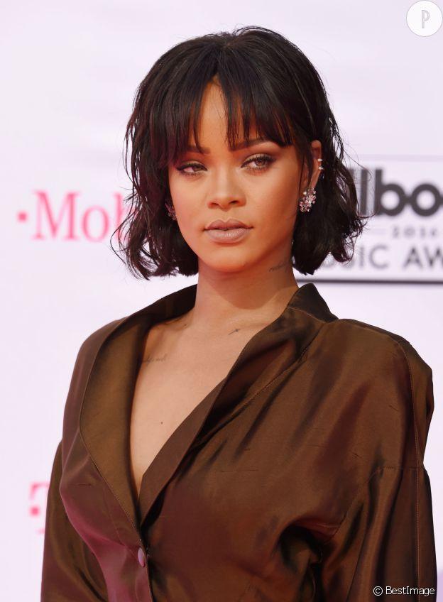 Rihanna et son beauty look sexy.