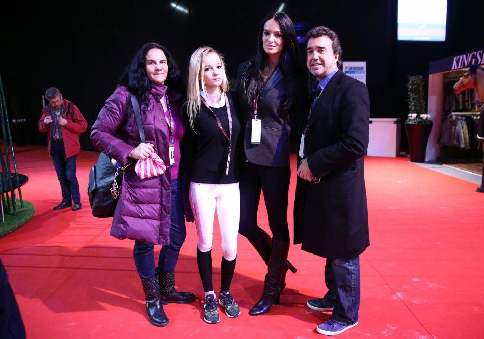 Arnaud Lagardère, sa femme Jade, avec Cassandra Foret et la maman des deux jeunes femmes.