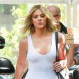 Khloe Kardashian arbore un look décontracté avec des baskets blanches.