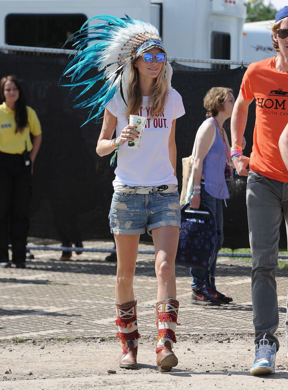 Poppy Delevingne a trouvé l'accessoire parfait pour se faire remarquer avec style : la coiffe indienne.