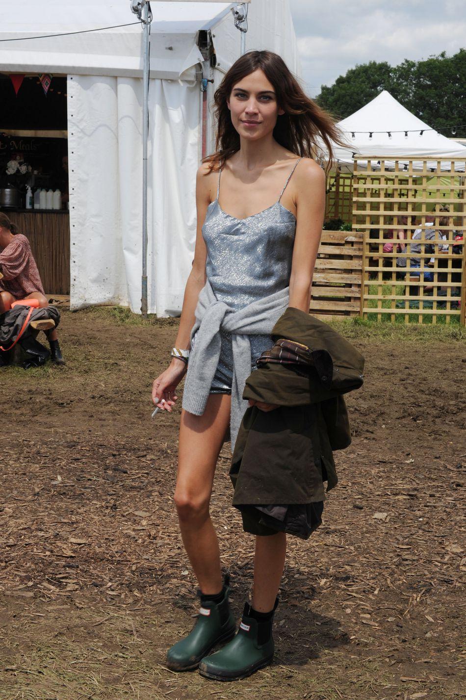 Alexa Chung mise sur une combinaison paillettée qu'elle associe à des bottes de pluie. Le résultat est aussi cool que girly.