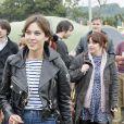 Avec son perfecto et son short en jean, Alexa Chung est parfaitement dans le thème Glastonbury.