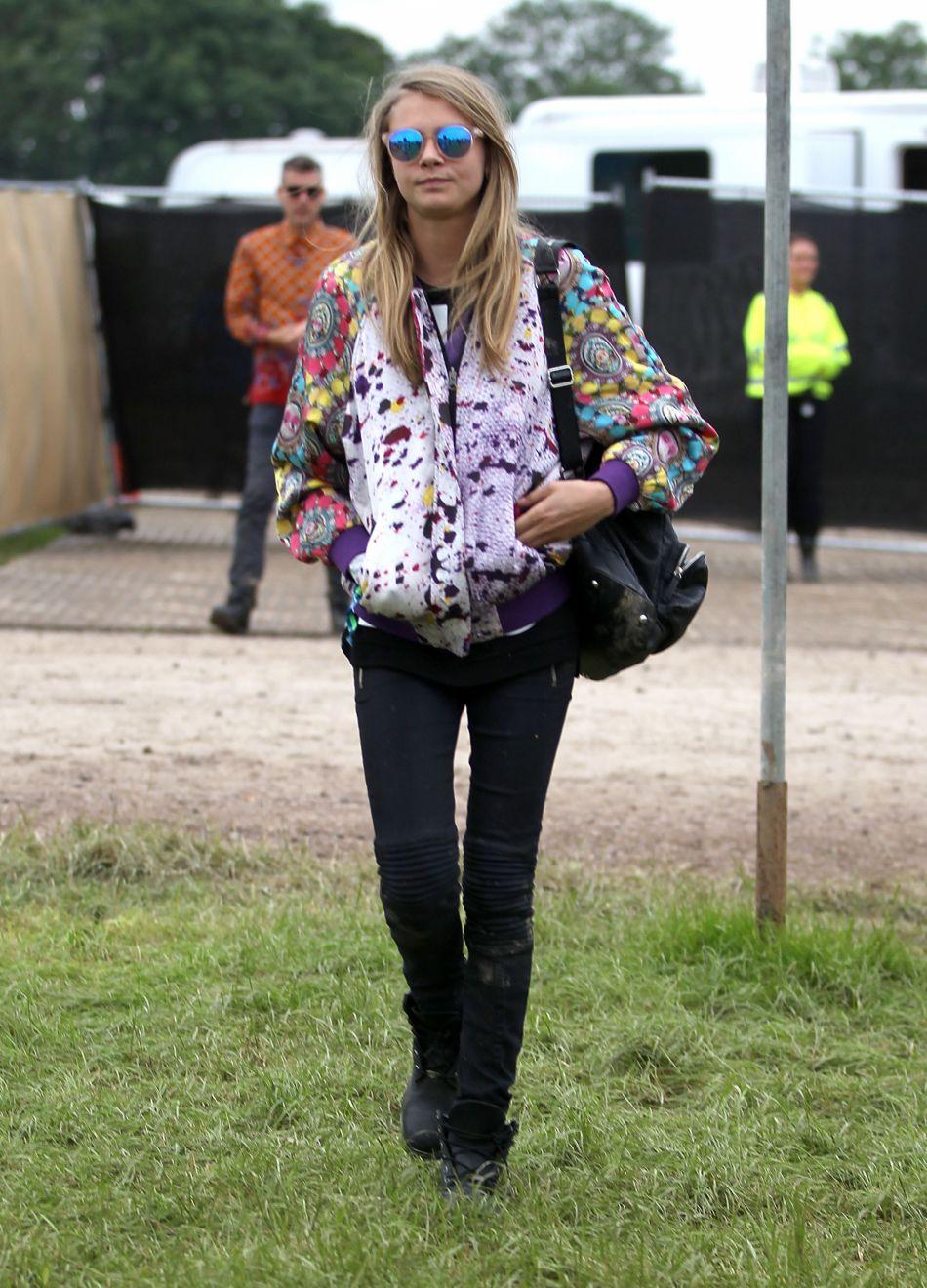 Comme toujours, Cara Delevingne n'hésite pas à miser sur l'excentricité à Glastonbury. On valide sa veste imprimée.