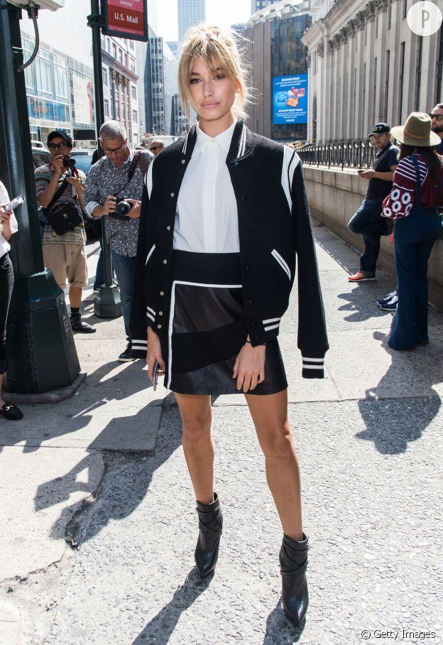La veste portée en cape est très cool sur Hailey Baldwin.
