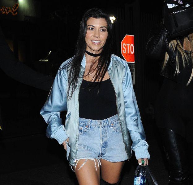 Kourtney Kardashian, position sexy et jean extrêmement moulé sur les réseaux sociaux !