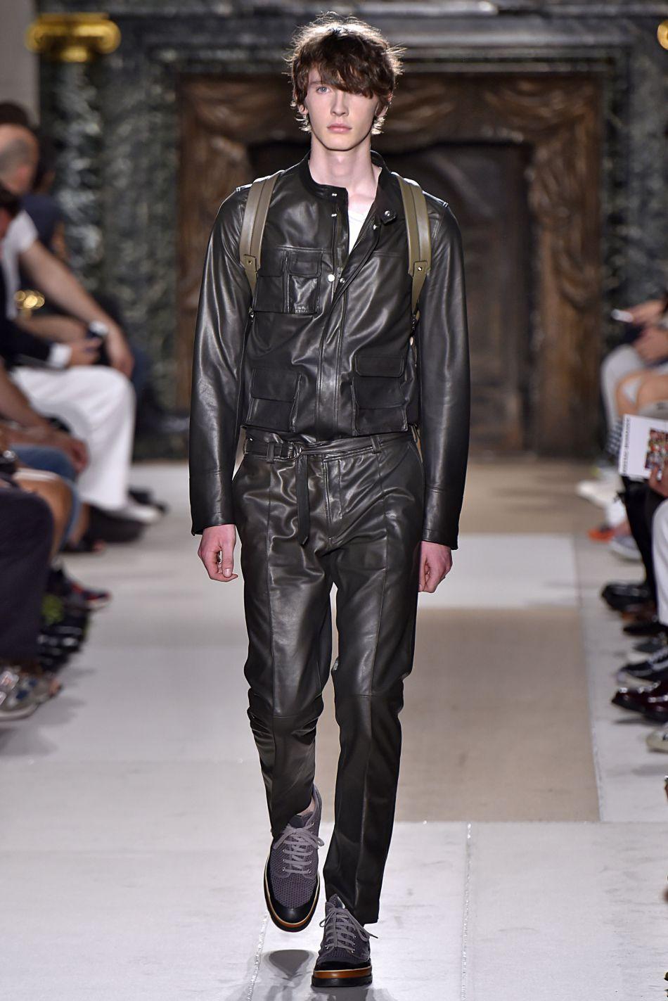 L'homme Valentino assume le cuir façon total look combinaison.