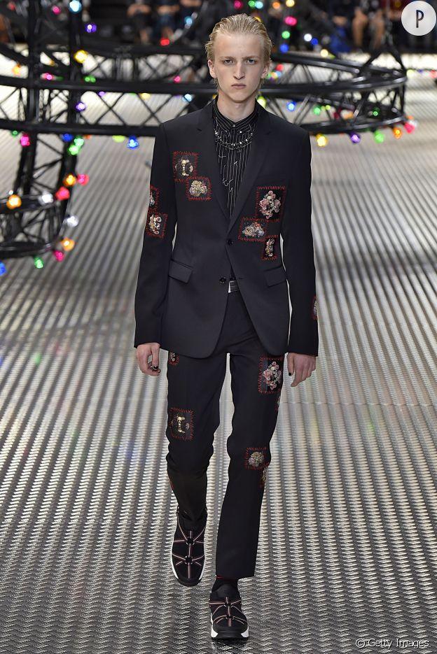 Chez Dior, le costume se réinvente avec des broderies.