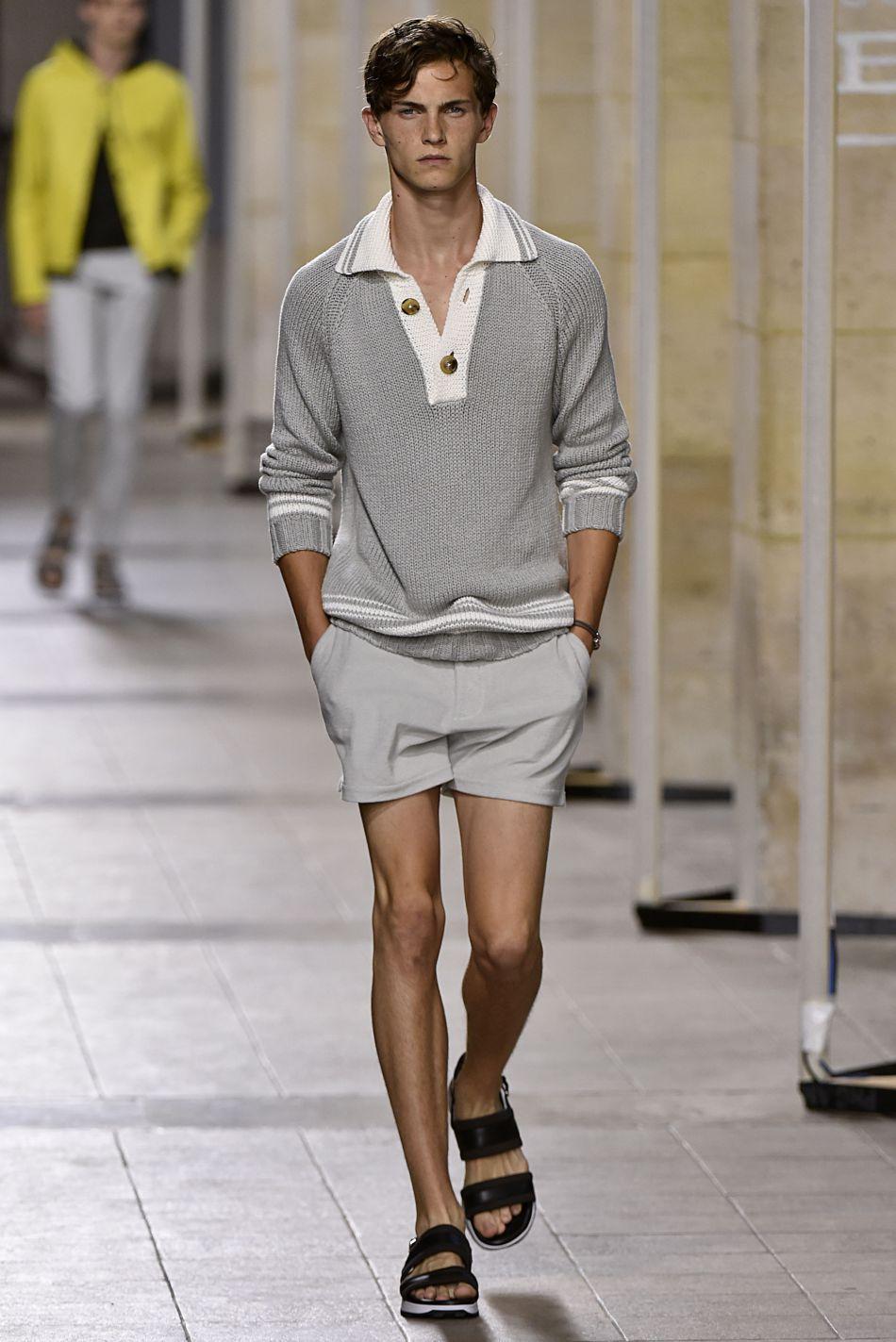 Chez Hermès, le polo boy opte pour un mini-short qui sort des sentiers battus.