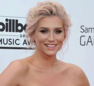 Kesha est une adepte du changement. Pour les tapis rouge, la star joue carte blanche et reste presque naturelle.