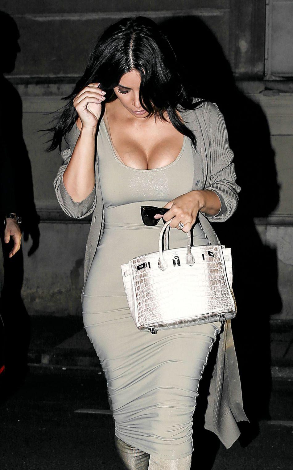Kim Kardashian porte toujours des robes moulantes ou d'impressionnants décolletés.