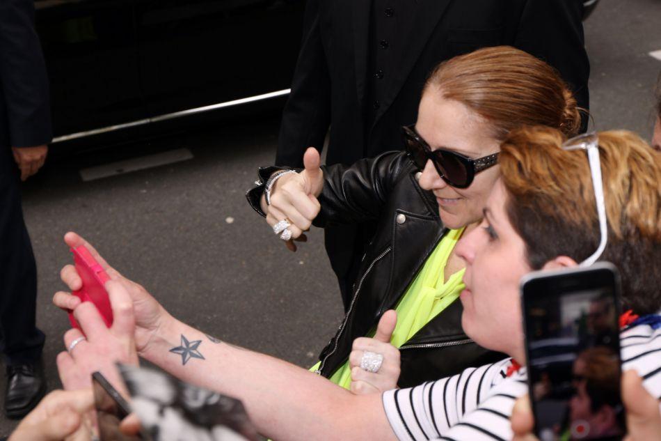 Céline Dion a pris le temps de saluer ses fans et de poser pour quelques selfies.