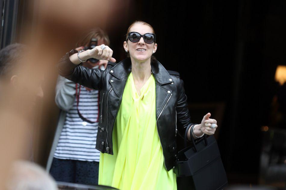 Céline Dion, en forme et conquérante, à sa sortie du Royal Monceau à Paris, le 28 juin dernier.