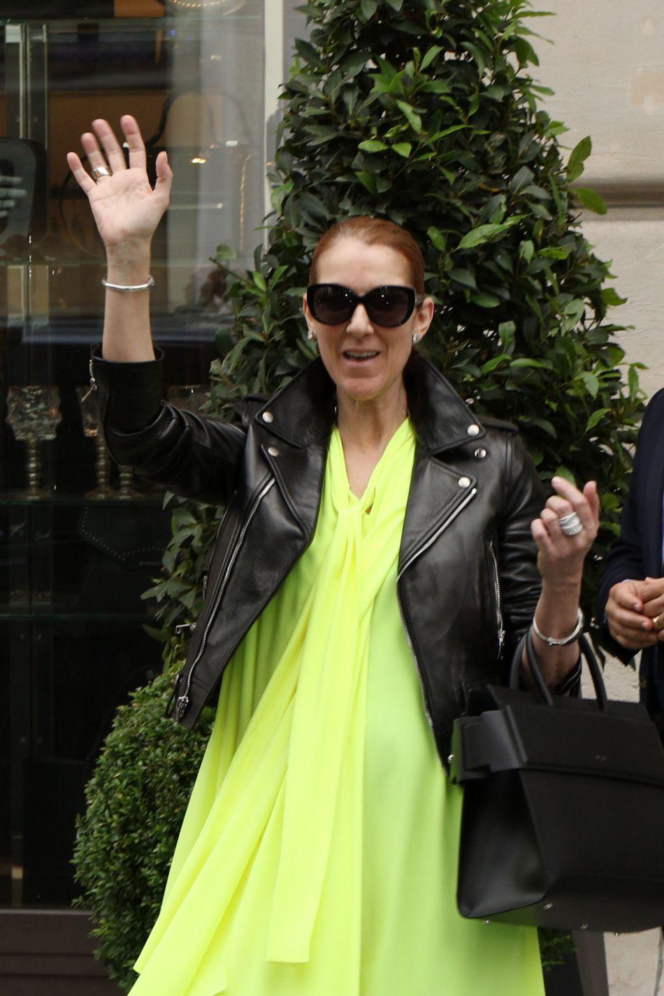 Céline Dion adopte une tunique fluo et un perfecto. On aime cet ensemble flashy et bien associé.