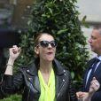 Céline Dion quitte son hôtel et salue ses fans à Paris le 28 juin 2016.