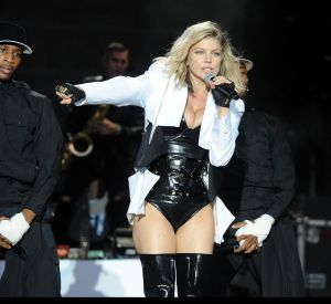 Fergie, vêtue d'une tenue en latex sulfureuse pour son concert à Lisbonne.