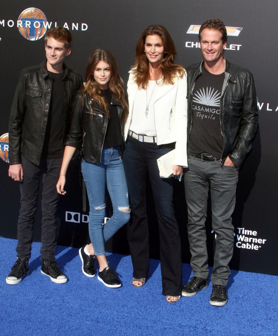 Cindy Crawford entourée de son mari Rande Gerber et leurs deux enfants, Kaia et Presley.